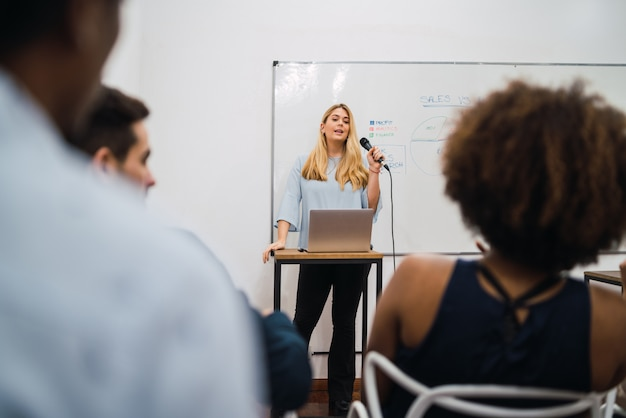 会議での仕事の計画を説明するビジネス女性。