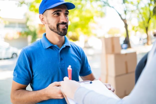 宅配をしながらパッケージを運ぶ配達人。
