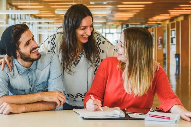 Группа молодых студентов, обучающихся вместе.