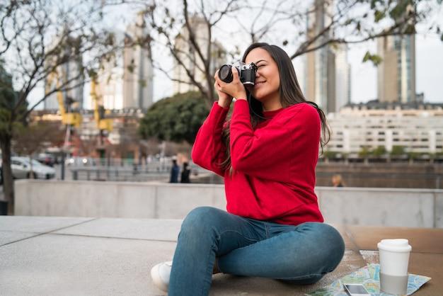 プロのカメラを使用して若い女性。