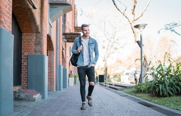通りを歩いている男。