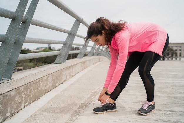 Атлетическая женщина завязывает шнурки