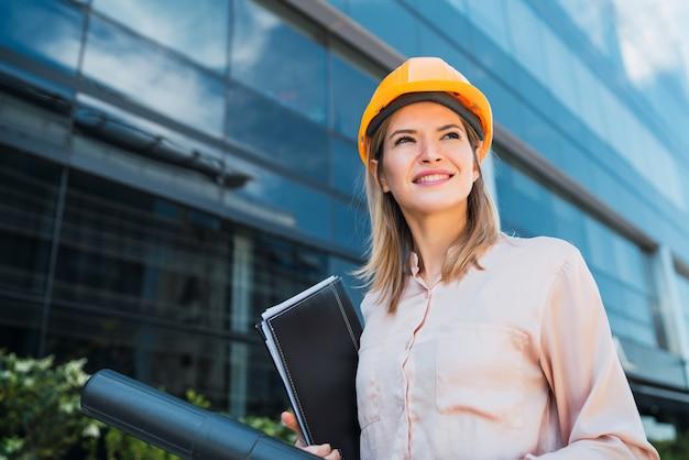 Профессиональный архитектор женщина, стоящая на открытом воздухе