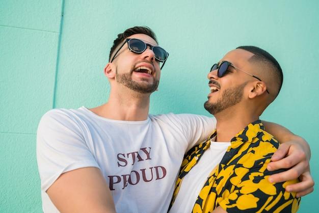 同性愛者のカップルが一緒に時間を過ごす