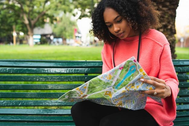Афро-американская женщина смотрит на карту