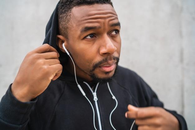音楽を聴く運動の男