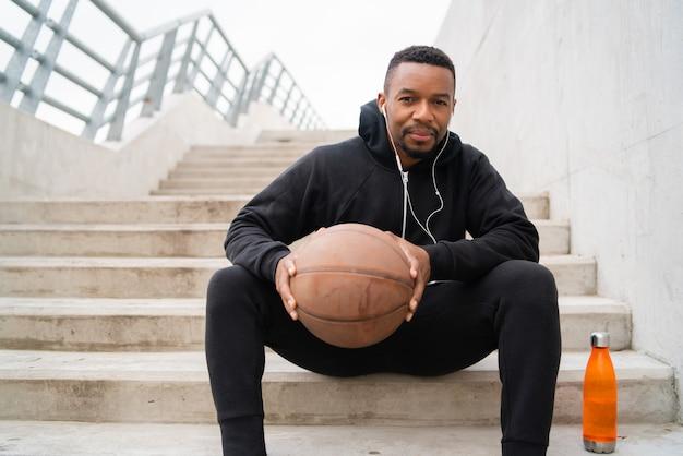 バスケットボールを保持している運動の男
