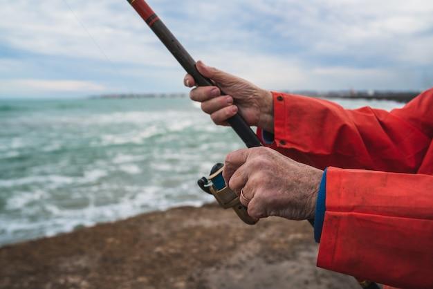 Рыбак ловит рыбу на море