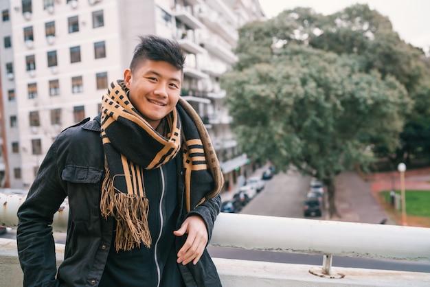 Портрет молодого азиатского человека на открытом воздухе