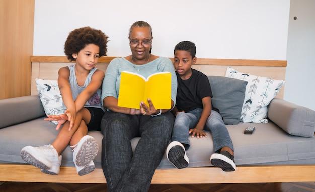 祖母が孫に本を読んでいます。