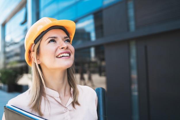 Профессиональный архитектор женщина, стоящая на открытом воздухе.