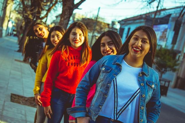 路上で女性のグループ