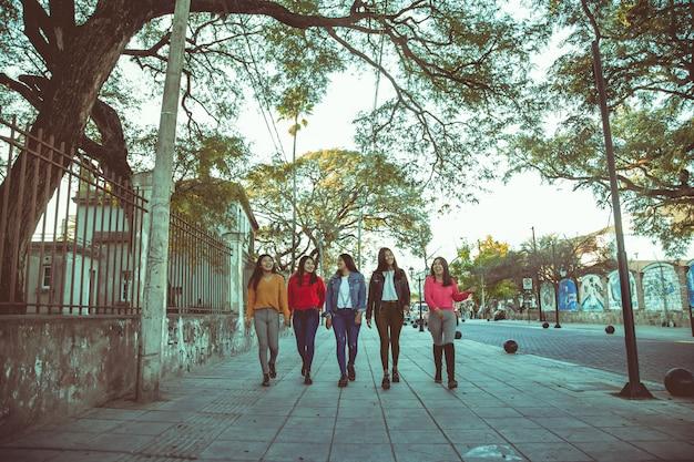 通りを歩いている女性のグループ