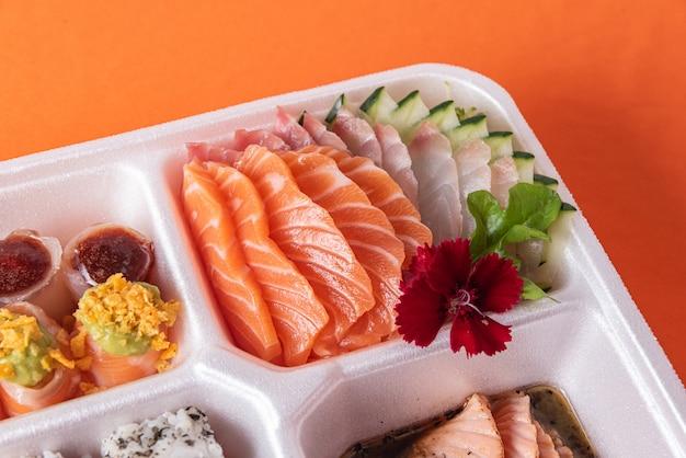 テーブルの上の発泡スチロールのコンテナーで寿司