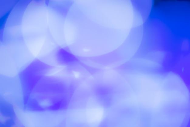 青いライトで抽象的な背景をぼかした写真