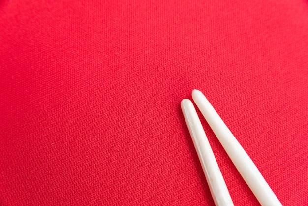 赤いテーブルの上の白い箸