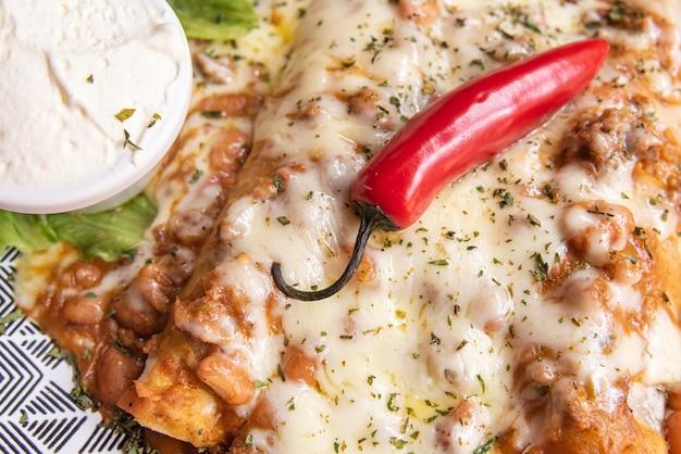 Вкусные мексиканские тако на красочном столе