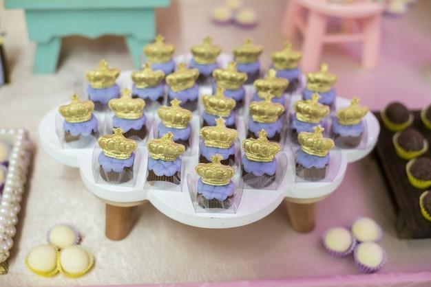 Сладости и украшения на столе - детский день рождения, садовая тема