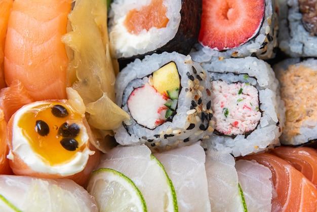 黒いテーブルの上の皿に寿司