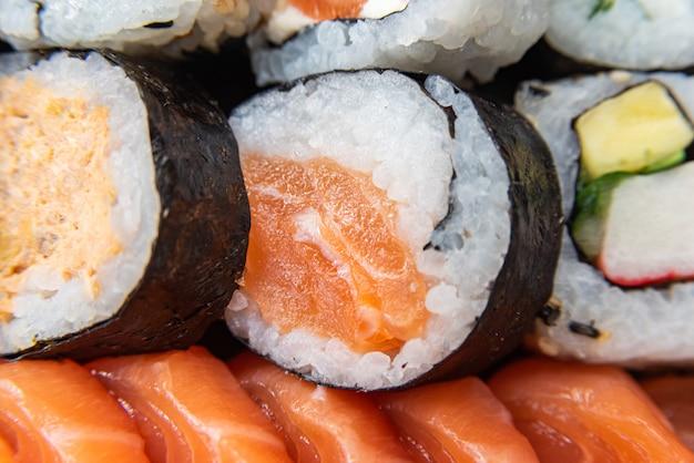 テーブルの上の皿にさまざまな寿司-詳細