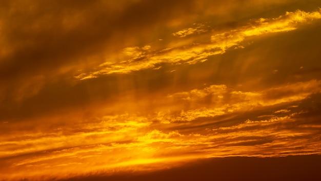 パノラマ黄金の時間の空と雲の自然の背景