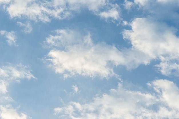 自然の曇りの青い空を背景