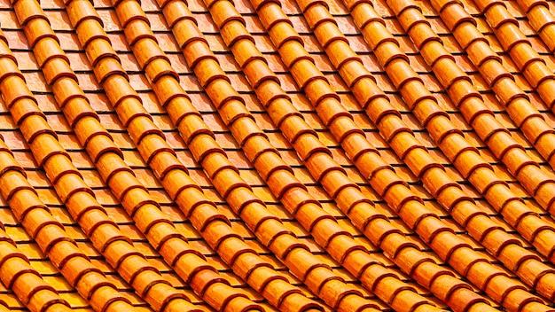 オレンジ色の粘土の屋根タイルの抽象的なパターンの背景