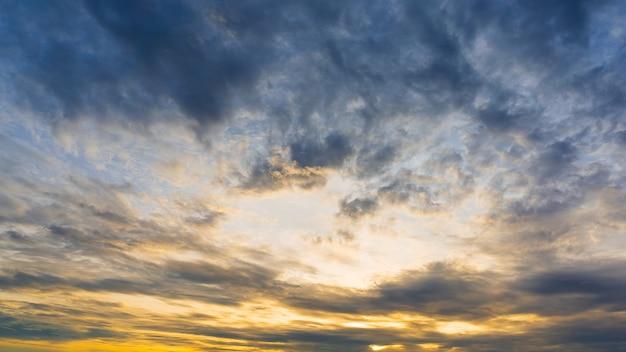 曇りの朝空、自然の背景