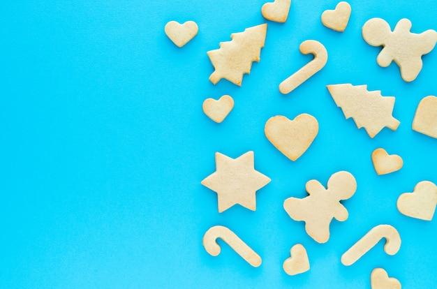 青色の背景に自家製のクリスマスクッキー。平干し。上面図。