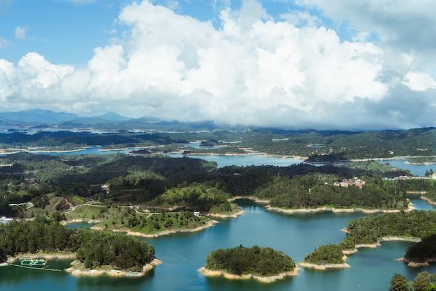 エルペノンデグアタペの貯水池。アンティオキアコロンビア。水の風景