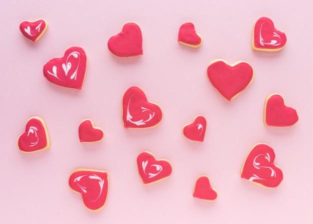 ハート型のピンクの背景のクッキー。平干し。バレンタインデーのコンセプト。