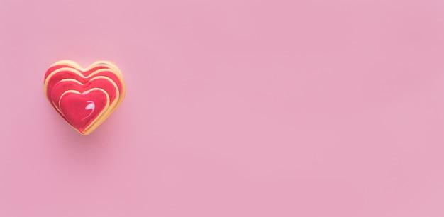 装飾されたハート型のクッキー。バレンタインデーのコンセプト。