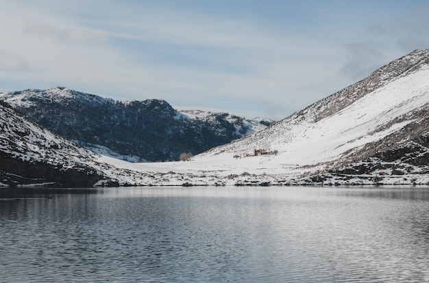 コバドンガ湖の雪に覆われた風景。
