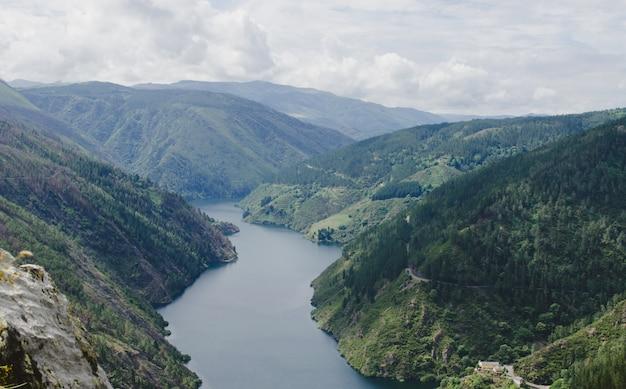 Горный пейзаж с рекой.
