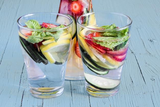 レモンジュース、イチゴ、キュウリと栄養デトックスドリンク。