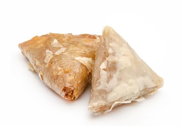 白いテーブルのアラブパイ
