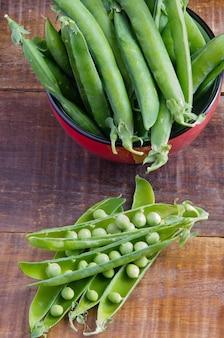 新鮮なエンドウ豆の鞘