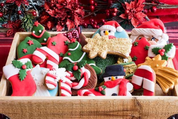 かごの中のお祝いクリスマスクッキー
