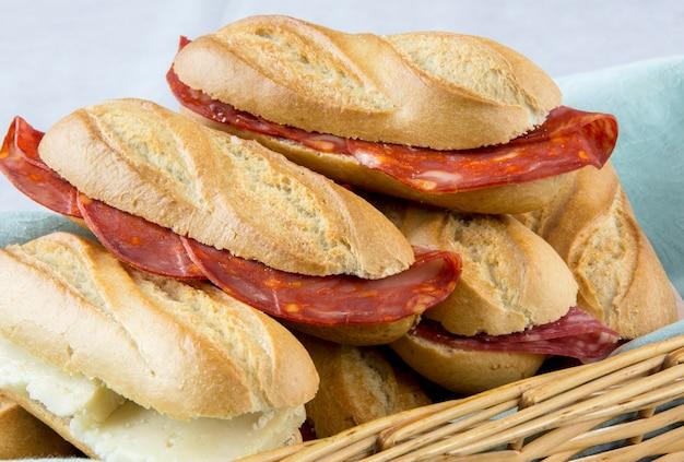 ソーセージ、チーズ、ハムのサンドイッチの品揃え