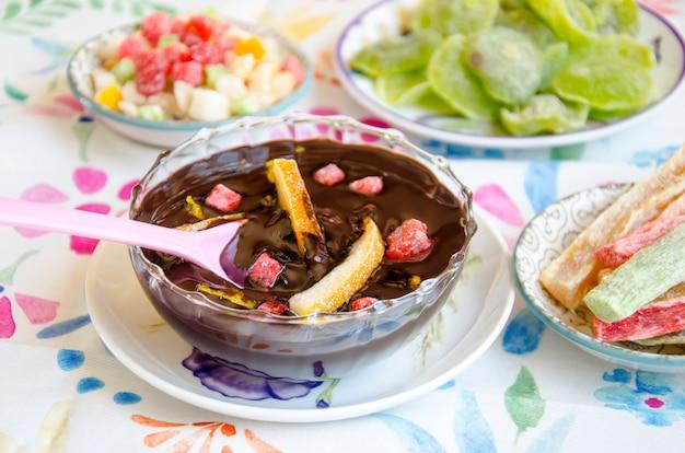 Шоколадный крем с фруктами в миске