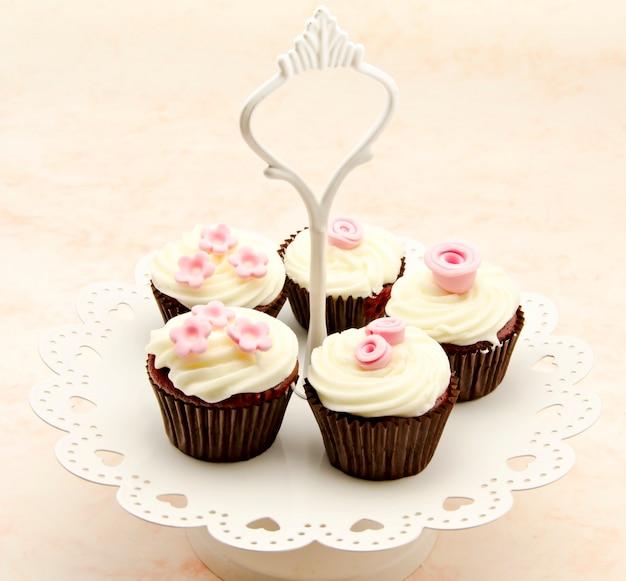 トレイにカップケーキ