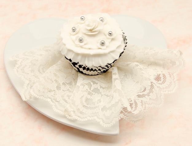 ヴィンテージ装飾が施されたエレガントなカップケーキ