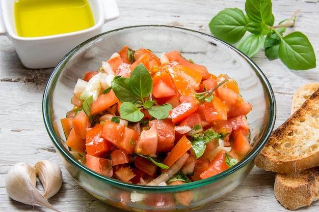 トマト、バジル、トーストの典型的なイタリアの前菜、ブルスケッタを作るための材料