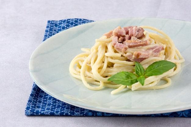カルボナーラソースのスパゲッティ