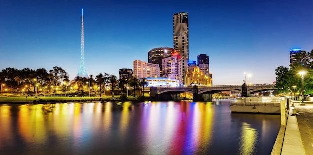 Вид на центр мельбурна через реку ярра ночью в мельбурне, виктория, австрия