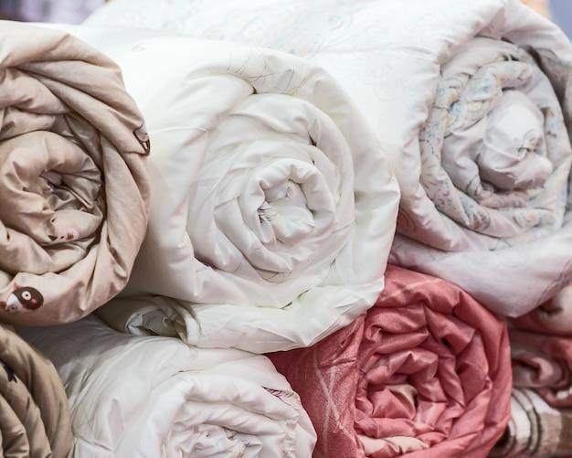 Крупным планом рулонное одеяло.
