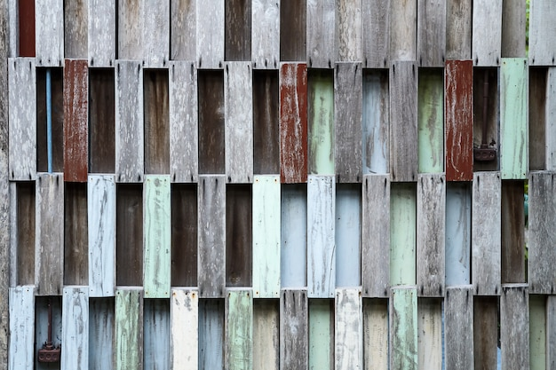 リサイクル木製パレットの壁。