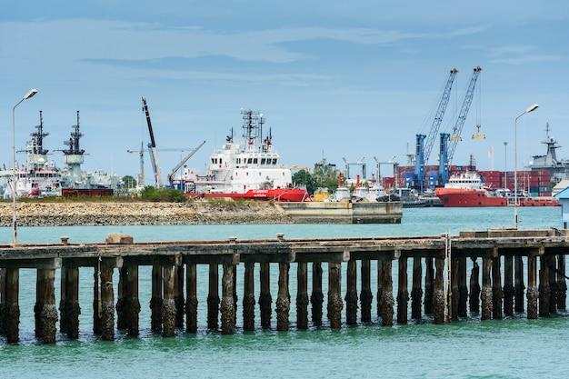 田舎の港に停泊している貨物船
