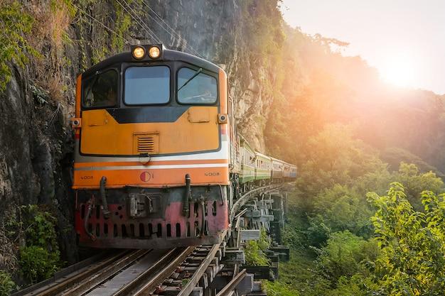 Поезд на мосту через реку квай.
