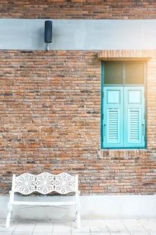 ヴィンテージの青い窓。